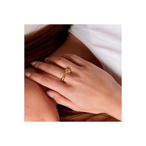 anillo calvo dorado en mano