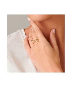 anillo abejas dorado en mano