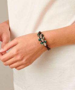 pulsera de cuero y perlas verdes de la marca uno de 50 que tiene el nombre de la siembra
