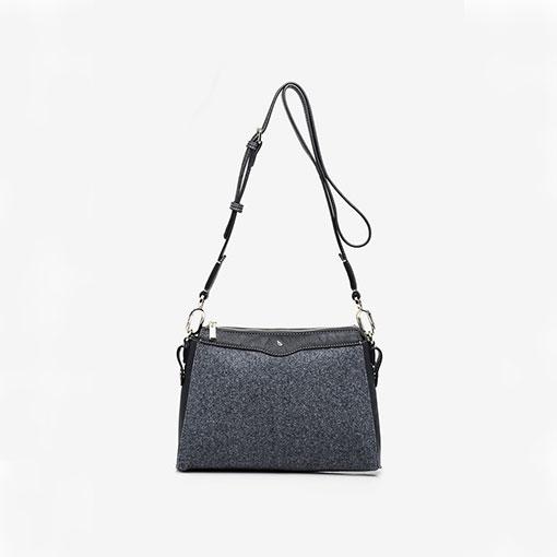 bolso hobo en negro de la marca abaccino, bolsito individual extraíble que viene dentro del bolso grande con bandolera