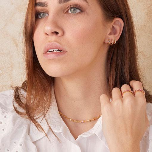 conjunto puesto en modelo con el collar ambrosía de la marca kommo