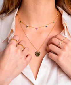 collar atenea gold de la marca kommo puesto en modelo