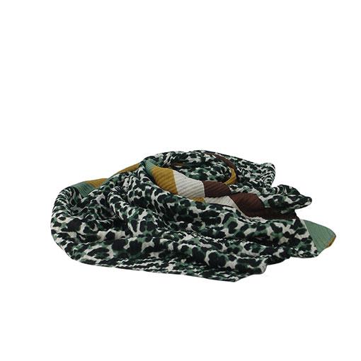 fular con estampado de leopardo con bordes en diferentes colores.