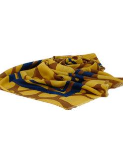 fular con manchas grandes y franjas anchas decorativas en color mostaza