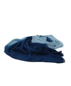 fular tie dye sencillo de la marca zarucho con detalle de rayas bordadas en color azul