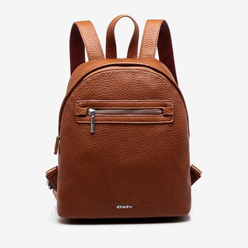 mochila clásica de la marca abaccino con bolsillo por la parte delantera en color cuero
