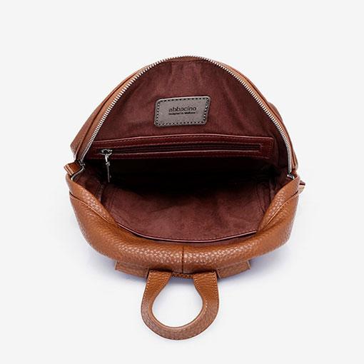 mochila con bolsillo delantero clásica de la marca abaccino pror la parte interior