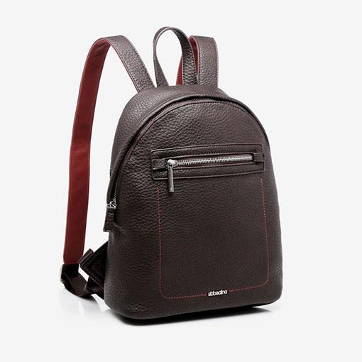 mochila con bolsillo delantero de la marca abaccino clásica en color marron