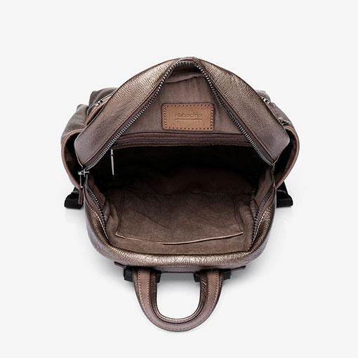 mochila metalizada de la marca abaccino en color bronce parte interna
