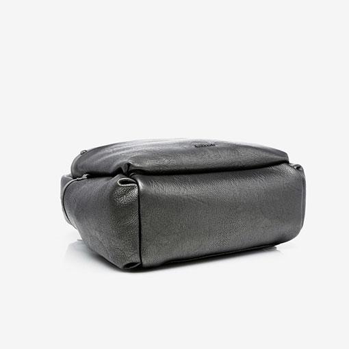 mochila metalizada de la marca abaccino en color plata parte baja