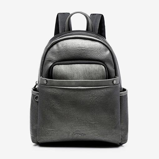 mochila metalizada con múltiples bolsillos de la marca abaccino en color plata