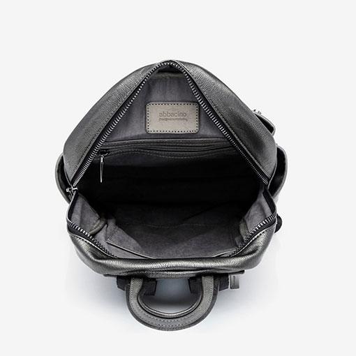 mochila metalizada de la marca abaccino en color plata parte interna