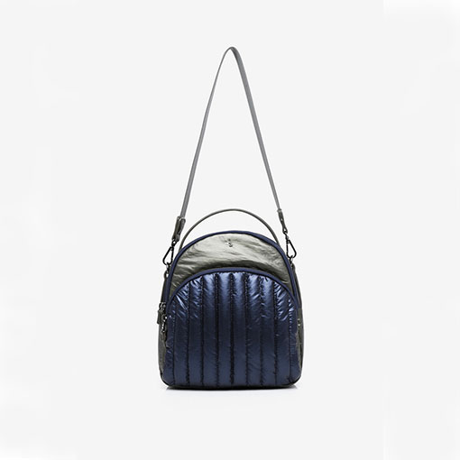 mochila de nylon acolchada de la marca abaccino color azul detalle asa hombro