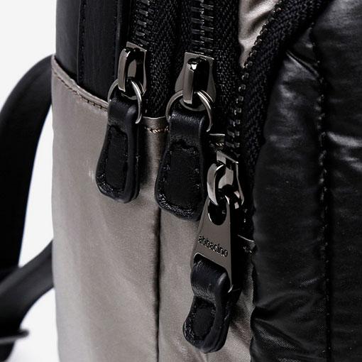 mochila de nylon de la marca abaccino en color negro detalle cremallera