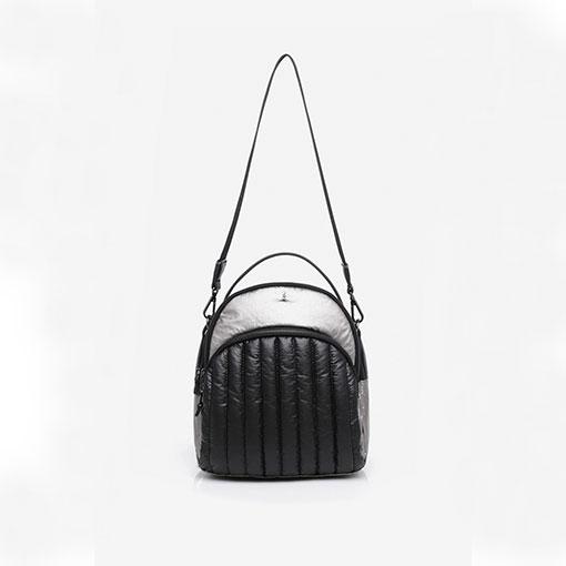 mochila de nylon de la marca abaccino en negro parte delantera con detalle de asa al hombro