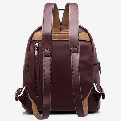 mochila con panel acolchado de la marca abaccino en color granate con bolsillo en la parte trasera