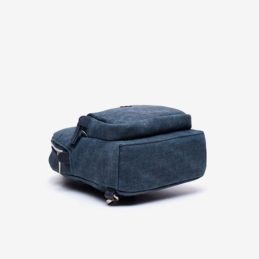 mochila de una sola asa de la marca abaccino color azul parte baja