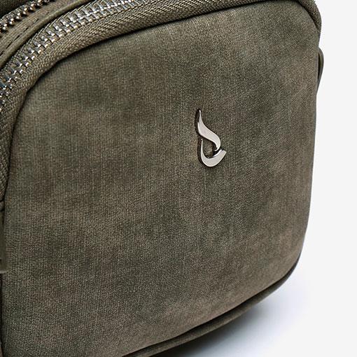mochila de una sola asa en verde de la marca abaccino detalle bolsillo delantero