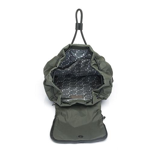 mochila trendy flava de la marca abaccino por su parte interior con cierre de cordón estilo bombonera