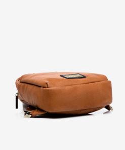 mochila una sola asa en color cuero de la marca abaccino parte baja