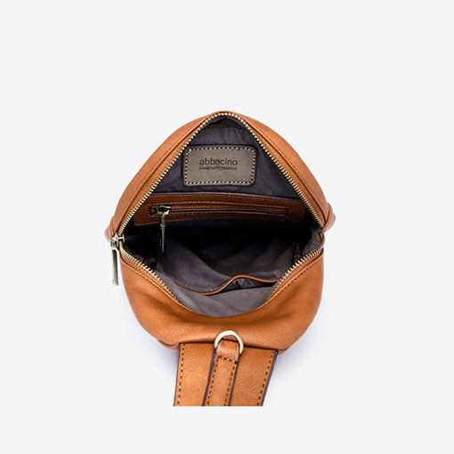 mochila una sola asa en color cuero de la marca abaccino parte interna