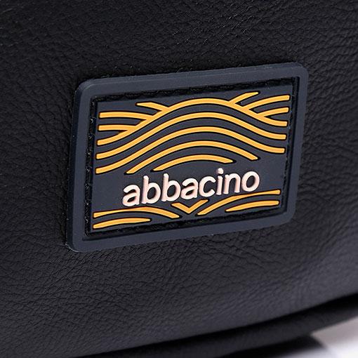 mochila una sola asa en color negro de la marca abaccino detalle logo mediterraneo