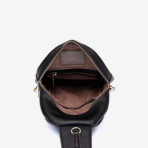 mochila una sola asa en color negro de la marca abaccino parte interna