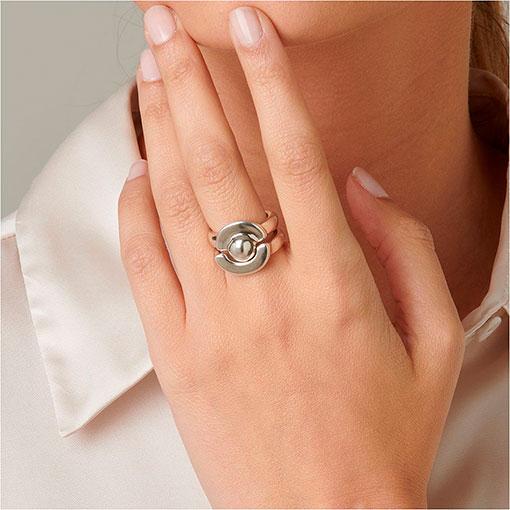 modelo con anillo mrs uma 2 de la marca uno de 50