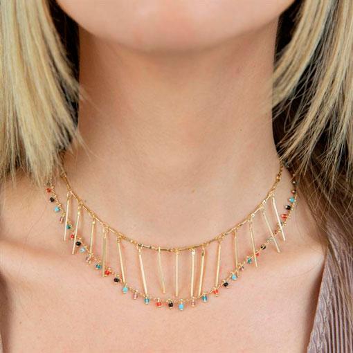modelo con collares multicharm de colores de la marca anartxy