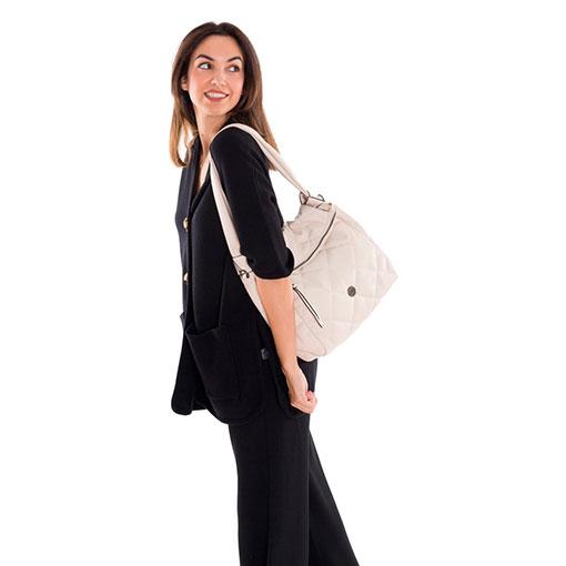 modelo con bolso hobo bomber acolchado de la marca martina k