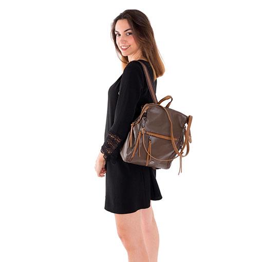 modelo con mochila y bolso de la marca martina k