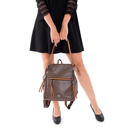 modelo con mochila y bolso sport