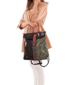 modelo con mochila mixed de la marca martina k