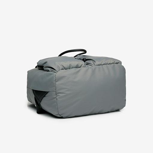 parte baja de la mochila trendy flava en color gris de la marca abbacino