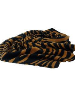 pasmina de punto de la marca zarucho con estampado de animal print de cebra en color marrón
