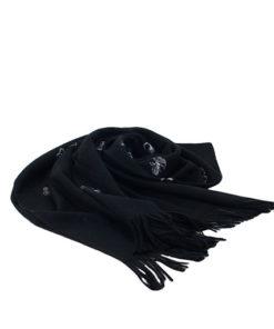 pasmina lisa de la marca zarucho con mariposas discretas bordadas en color negro