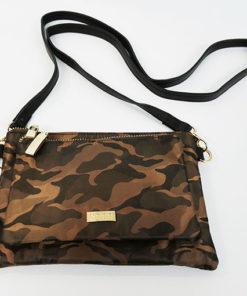 bolso pequeño de nylon con estampado de camuflaje en color marrón de la marca noco complementos