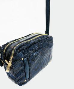 lateral del bolso estampado de serpiente en color azul con brillo de la marca noco complementos