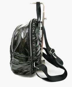 lateral de la mochila acolchada de efecto plumas en color negro de la marca noco complementos