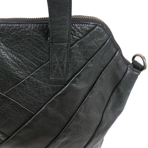 enfoque del bolso de piel de la marca pieces