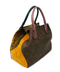 lateral del bolso con estampado de serpiente en color amarillo de la marca martina k