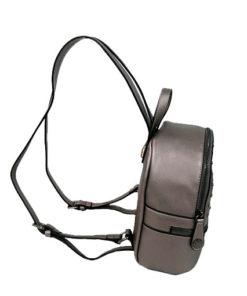 lateral de la mini mochila con chapitas de la marca privata