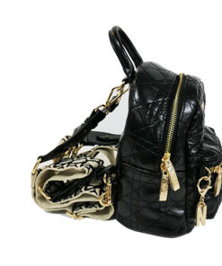 lateral de la mochila de rombos en charol de la marca noco complementos