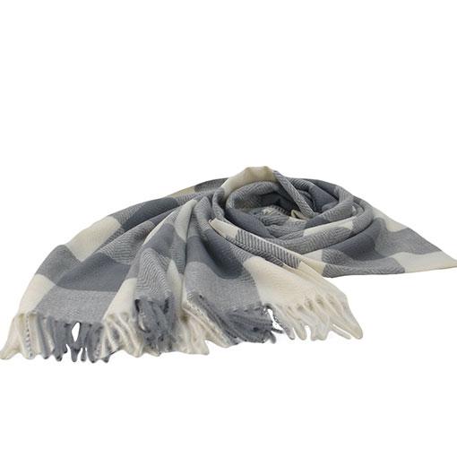 pasmina bicolor con cuadros sencillos de la marca zarucho en color gris