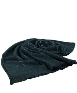 pasmina lisa con estampado de flor en hilo de la marca zarucho en color negro