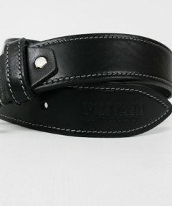 detalle del cinturon en negro y blanco de piel de la marca privata