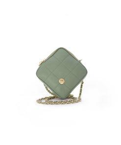 bolso de piel con formato cuadrado acolchado en color verde de la marca martina k