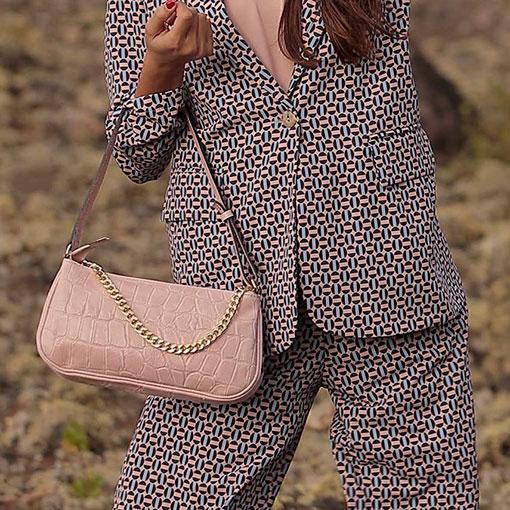 look con bolso baguette de piel con print coco en color rosa de la marca martina k