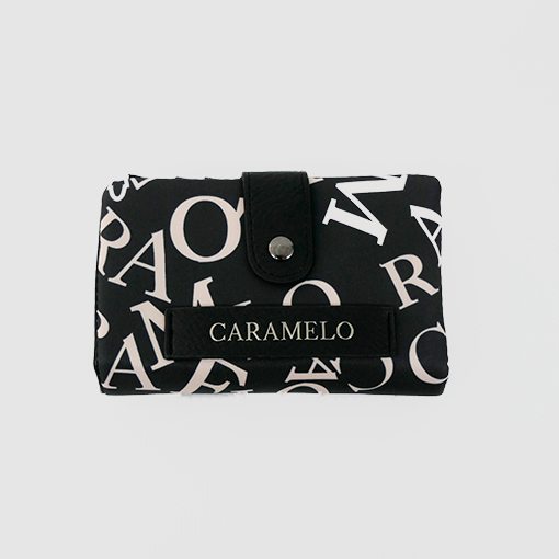cartera samos en color negro de la marca caramelo