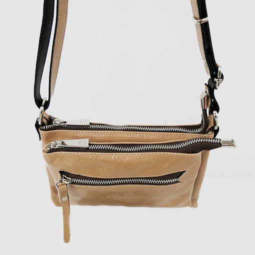 detalle del bolso cerdeña en color beige de la marca ferchi